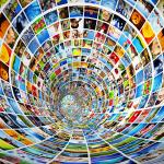 Ein flashy-bunter Strudel von Bildern aus dem Internet, der einen einzusauegn scheint und die Materialschwemme im Internet symbolisiert